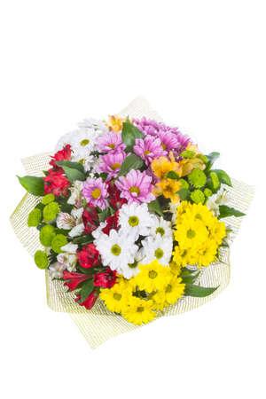 Ramo aislado de flores brillantes sobre un fondo blanco.