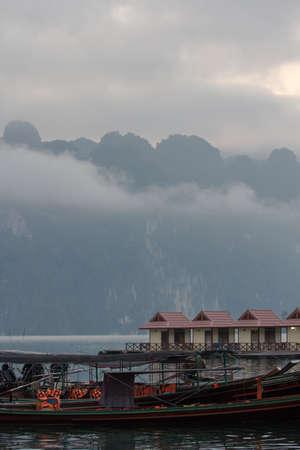 Houten bungalowwen op tropische kust in Chiew Lan Lake, het nationale park van Khao Sok, Thailand Stockfoto - 91548439