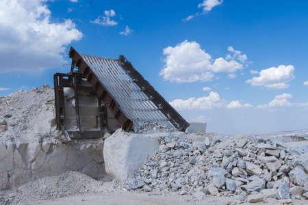 花崗岩採石場。作業中のマイニングマシン。鉱業。