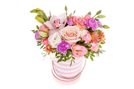 Helle buketny Zusammensetzung von frischen Blumen, der weiße Hintergrund Standard-Bild
