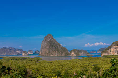 Samed Nang She (or Samet Nang She) is the best view point on Phang nag bay in Southern Thailand .The view from the top, overlooking Phang Nga Bay and its dozens of limestone karsts and islets. Banque d'images - 150625232