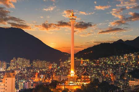 Busan stadskoepel en Busan-toren bij nacht in Korea.