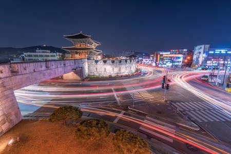 Hwaseong Suwon de voiture légère la nuit à Suwon, Corée du Sud