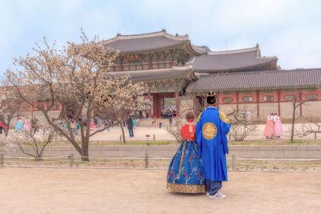 Amant coréen habillé Hanbok traditionnel de fleur de cerisier de printemps dans le palais de Gyeongbokgung à Séoul, Corée du Sud. Éditoriale