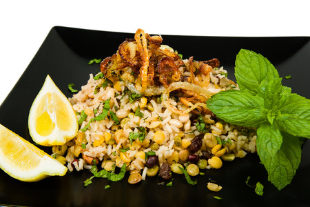 leguminosas: Mejadra es un plato tradicional �rabe de legumbres y arroz