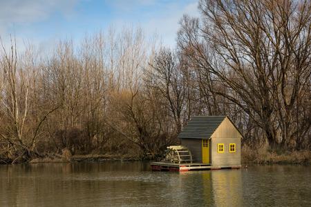 molino de agua: Poco molino de agua en el r�o Peque�o Danubio