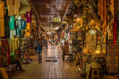 マラケシュ ・ メディナのスークの通路で典型的な金曜日の雰囲気