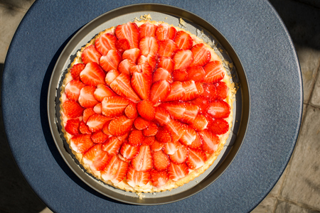 gelatina: Fresh and fragrant strawberry biscuit cake topped with gelatin