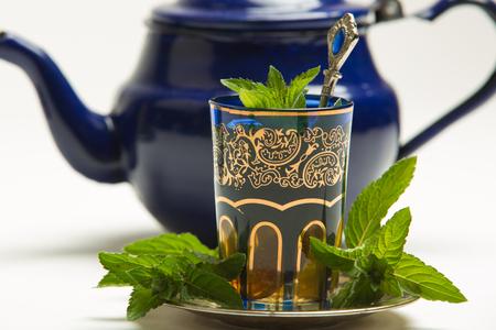 ミントと伝統的なカップで伝統的なアラブのミント茶葉します。 写真素材