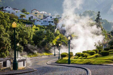 Vulkanausbruch von heißem Dampf in der Stadt Furnas, Insel Sao Miguel, Azoren-Archipel, Portugal