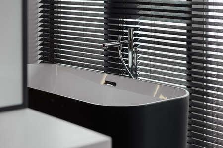 Miscelatore di lusso e persiane in un bellissimo bagno grigio. Frammento di bagno. Design moderno del bagno