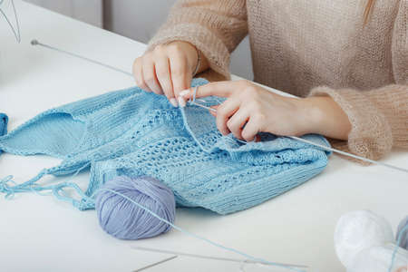 hands of girl who knits a jersey Imagens
