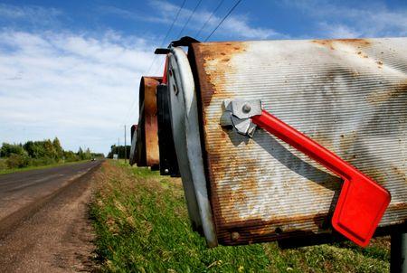 buzon: Old pa�s buzones alineados en una fila a lo largo de un camino de tierra.