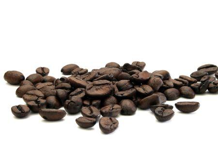 丸ごとロースト コーヒー豆の一握りは、白い背景に分離されます。