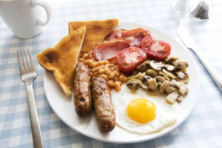 Traditionele Engels gekookt ontbijt op plaat