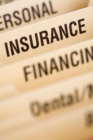 Close-up van de map voor huishoudelijke rekeningen met focus op verzekerings sectie