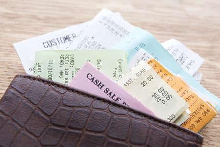 Lederen portefeuille met ontvangsten op houten Counter  Stockfoto