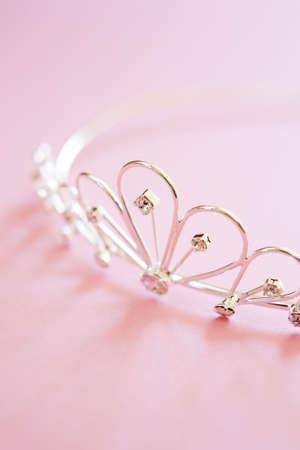 Zilveren princess tiara vaak gedragen op bruiloften met juwelen geschoten op roze achtergrond