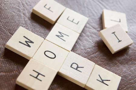 Hölzerne Kacheln In Crossword Shape Rechtschreibprüfung Wörter Home arbeiten und Leben, um Druck Of Modern Life zu veranschaulichen Standard-Bild