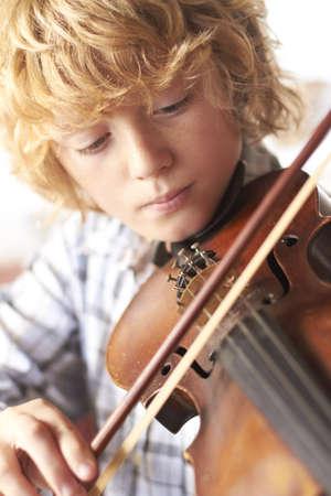 niños jugando: Muchacho que toca el violín Foto de archivo