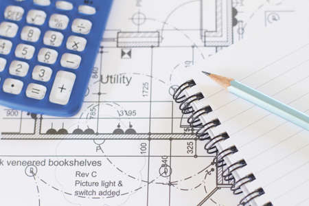 Rechner, Pad und Bleistift auf Haus-Pläne Standard-Bild
