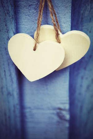 Zwei hölzerne Herzen auf blauem Hintergrund Standard-Bild