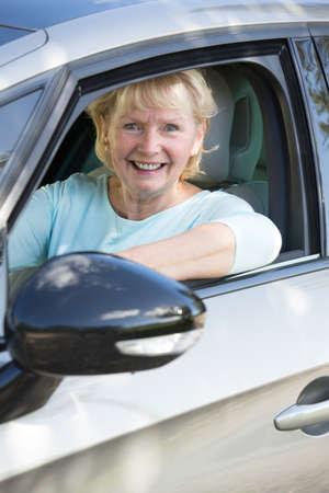 Portrait der älteren Frau, die Auto Lächeln