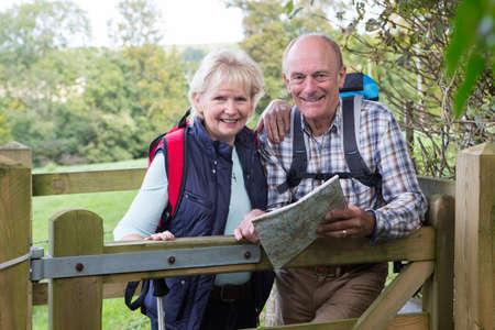 Aktive Ältere Paare auf Weg in der Landschaft Standard-Bild
