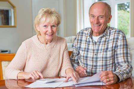 Glückliche ältere Paare, die Überprüfung zu Hause Finanzen Zusammen