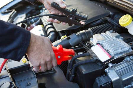 Close-Up Van Mechanic bevestigen Jumper Cables To Autoaccu Stockfoto