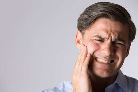 Ritratto dello studio dell'uomo che soffrono di mal di denti Archivio Fotografico - 47932223
