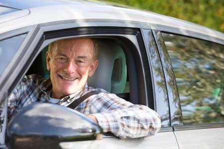 Portret van Glimlachende Hogere Mens DrijfAuto Stockfoto