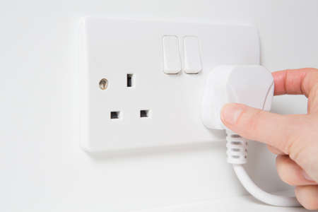 Hand Die Plug in elektriciteit Socket Stockfoto