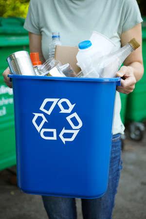 reciclar: Cerca de la mujer Holding Reciclaje En Papelera Foto de archivo