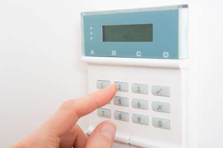 Frau Einstellen der Systemsteuerung Bei Heimsicherheitssystem