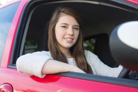 10 대 소녀가 운전 교습을 위해 차에 앉아