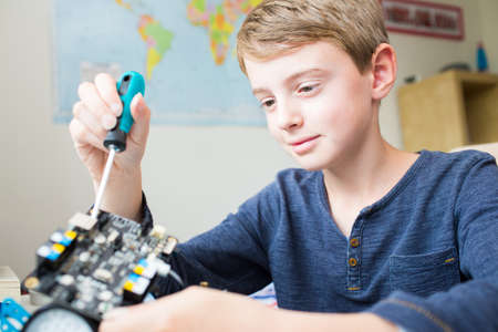 男の子の寝室でロボットのキットを組み立てる 写真素材