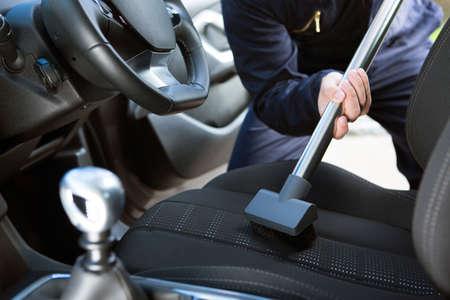 Man zweefde stoel van auto tijdens auto schoonmaken