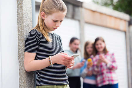 사전 사춘기 소녀가 텍스트 메시지로 괴롭힘을 당한다. 스톡 콘텐츠