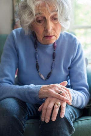 노인 여성 Parkinsons Diesease로 고통받는