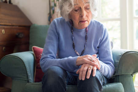 Donna anziana che soffre di Parkinsons Diesease Archivio Fotografico - 81051286
