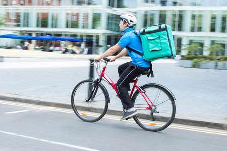 도시에서 음식을 배달하는 자전거에 택배 스톡 콘텐츠