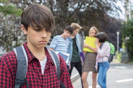 学校の友達がうわさされている不幸な少年