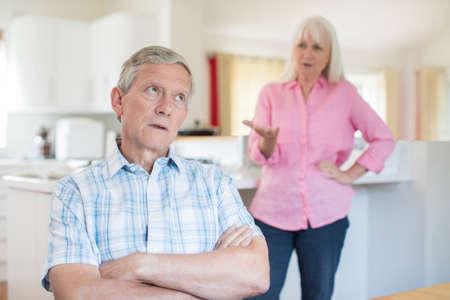 집에서 논쟁을하는 고위 커플