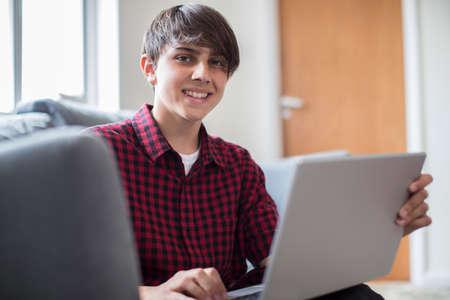 Portret Van Tiener Jongen Werken Op Laptop Thuis