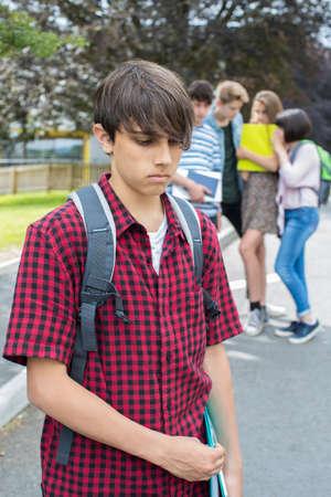 불행한 소년이 학교 친구들에 대해 험담하고있다. 스톡 콘텐츠