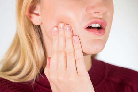 Studio nah oben von der Frau, die mit Zahnschmerzen leidet Standard-Bild