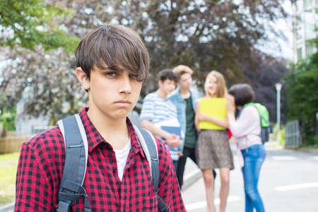 Ongelukkige jongen die over door Vrienden van School wordt geroddeld Stockfoto