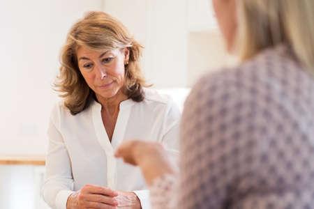 Rijpe Vrouw die Problemen bespreken met Adviseur