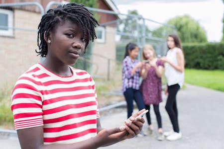 テキスト メッセージでいじめられている十代の少女の肖像画 写真素材